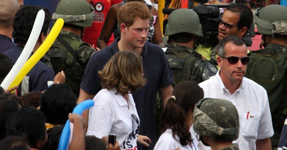 Escoltado pelo exército, príncipe Harry deixa o Complexo do Alemão, no Rio de Janeiro (10/3/12)