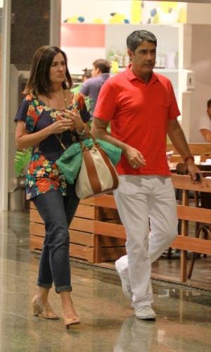Fátima Bernardes e William Bonner passeiam em shopping na Barra da Tijuca, no Rio de Janeiro (10/3/12)