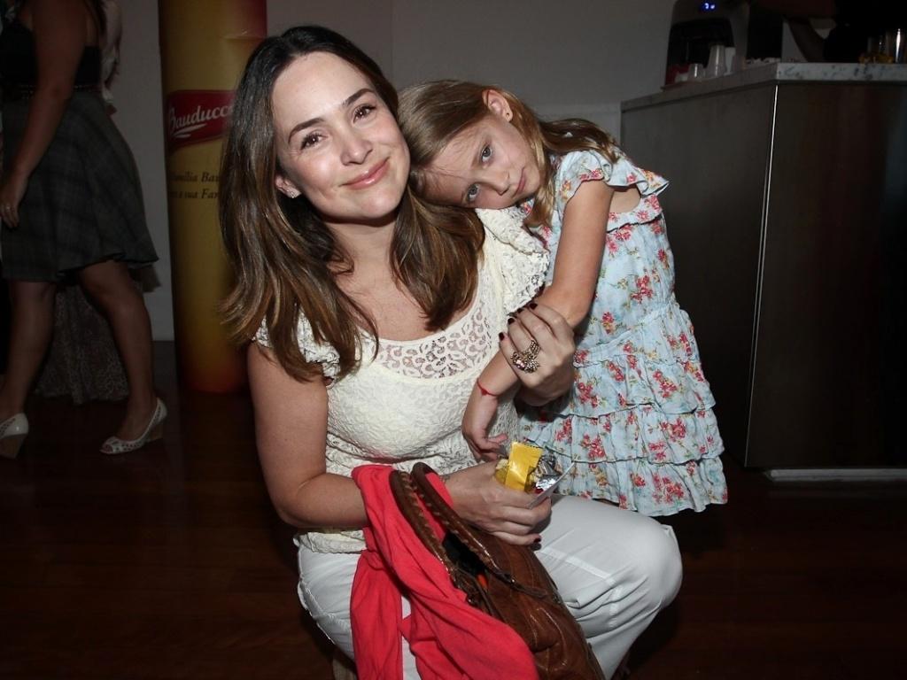Gabriela Duarte e a filha Manuela vão a pré-estreia da peça