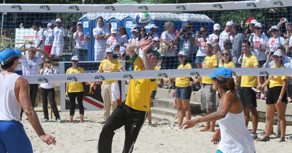 Harry joga vôlei de praia no mesmo time da ex-jogadora Adriana Behar, no Aterro do Flamengo (10/3/12)