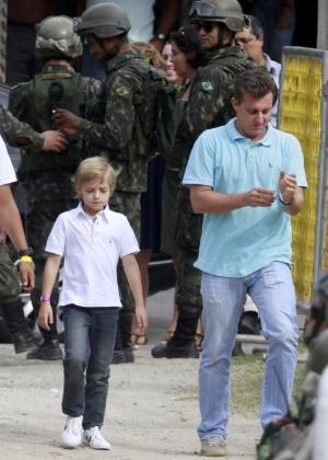 O apresentador Luciano Huck chega com o filho Joaquim ao Complexo do Alemão, onde o príncipe Harry passará a tarde (10/3/12)