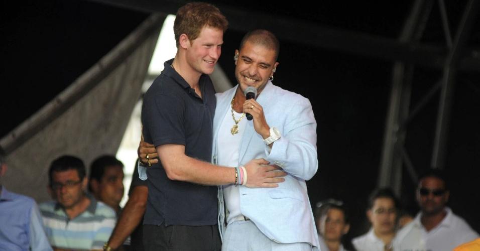 Príncipe Harry abraça o cantor Diogo Nogueira no Complexo do Alemão após inauguração da Educap (10/3/12)