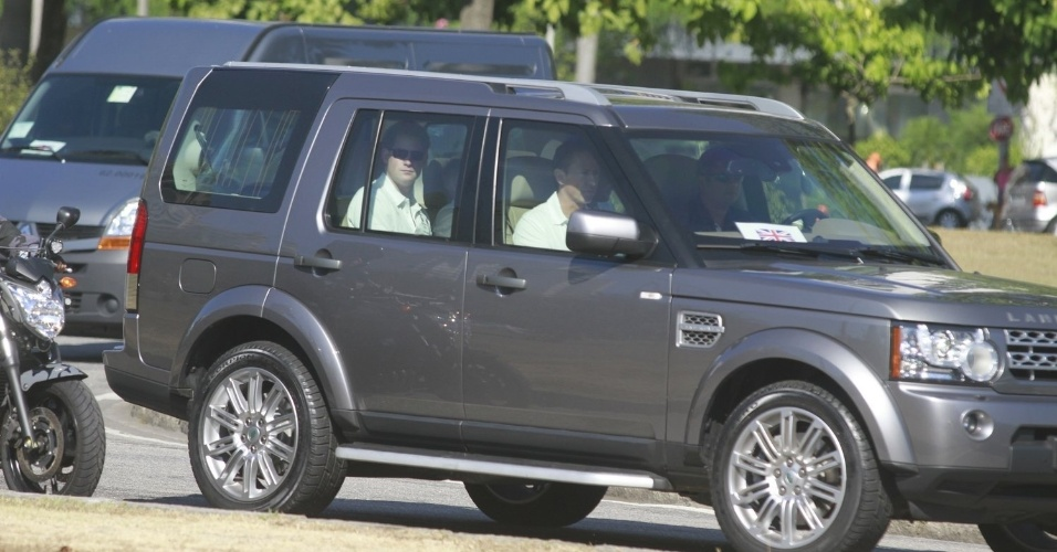 Pr&#237;ncipe Harry chega com uma comitiva de mais de dez carros e escolta das pol&#237;cias Militar e Federal ao Aterro do Flamengo, para a corrida beneficente (10/3/12)