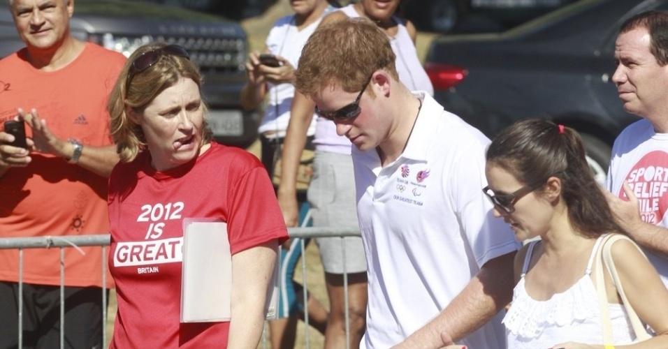 Príncipe Harry chega para manhã de corrida com calça esportiva, camiseta e tênis (10/3/12)