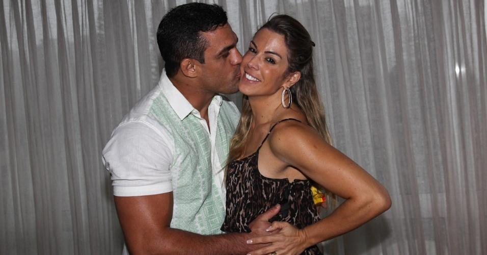 Vitor Belfort beija a esposa, Joana Prado Belfort na pré-estreia da peça