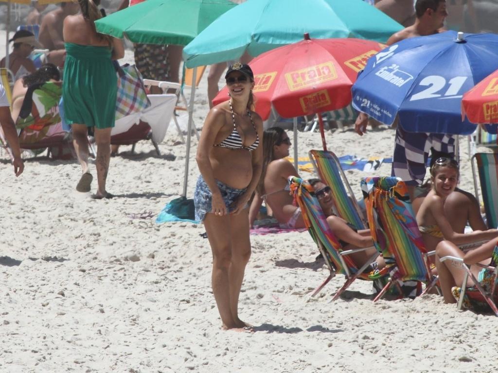 Grávida de sete meses, Grazi Massafera toma sol na Prainha, no Rio de Janeiro (11/3/12). A atriz espera uma menina, que vai se chamar Sofia
