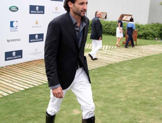 O empresário Ricardo Mansur espera o príncipe Harry para a partida de polo beneficente, em Campinas, interior de São Paulo (11/3/12)