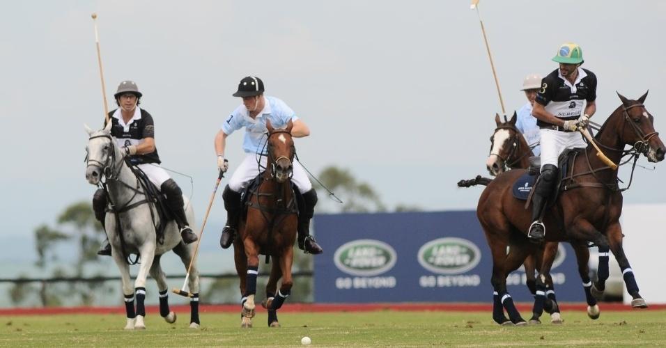 Príncipe Harry joga polo com Ricardo Mansur em partida beneficente, em Campinas, interior de São Paulo (11/3/12)