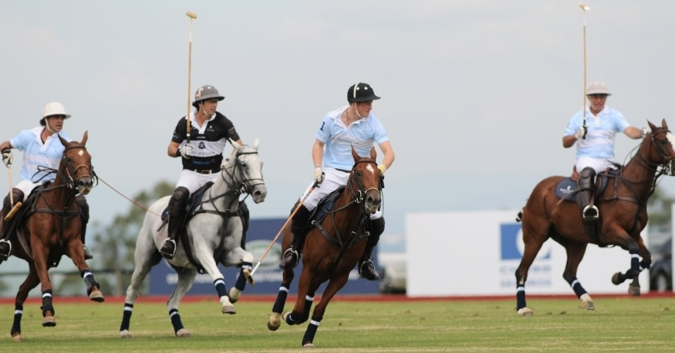 Pr&#237;ncipe Harry participa de partida de polo beneficente em Campinas, interior de S&#227;o Paulo (11/3/12)