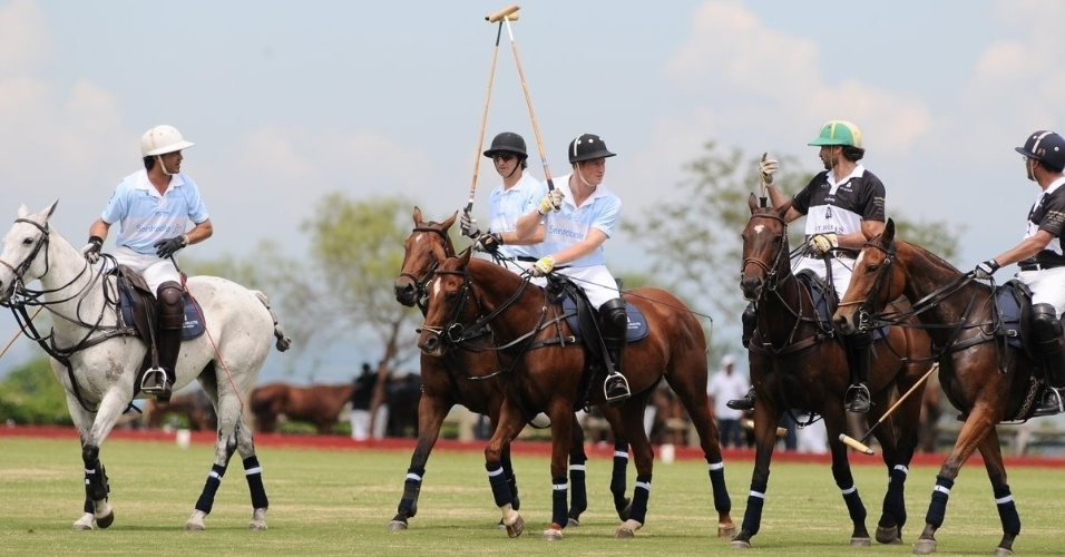 Pr&#237;ncipe Harry participa departida beneficente de polo com Ricardo Mansur em Campinas, interior de S&#227;o Paulo (11/3/12)