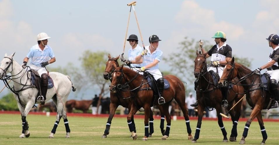 Príncipe Harry participa departida beneficente de polo com Ricardo Mansur em Campinas, interior de São Paulo (11/3/12)
