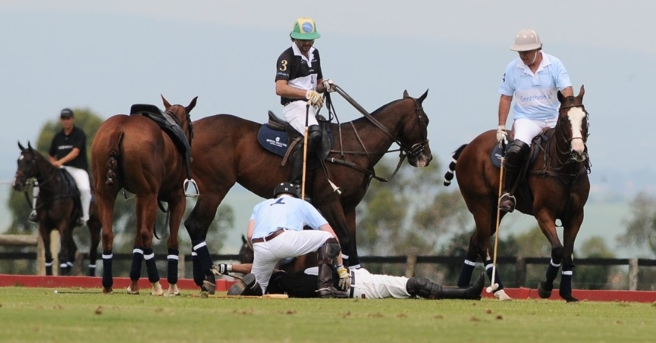 Pr&#237;ncipe Harry socorre jogador de polo que caiu do cavalo durante partida beneficente em Campinas, interior de S&#227;o Paulo (11/3/12)