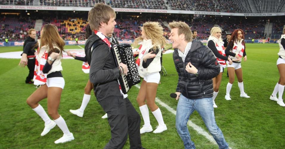Michel Teló canta em jogo de futebol americano em Salzburg, na Áustria (10/3/12)