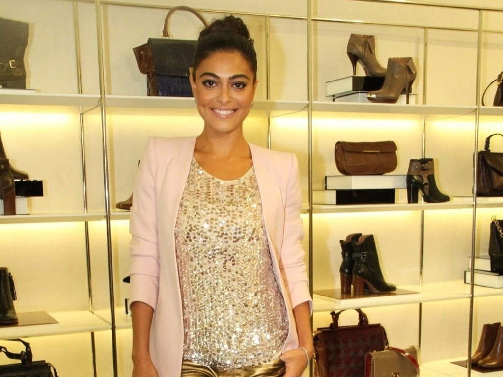 Com roupa brilhante, Juliana Paes comparece  evento de marca de sapatos (13/3/12)