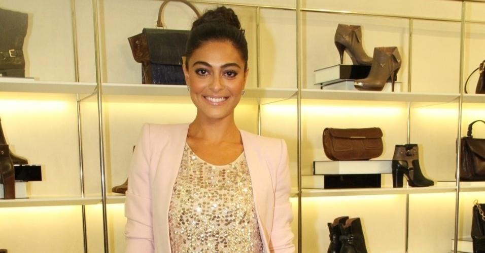 Com roupa brilhante, Juliana Paes comparece à evento de marca de sapatos (13/3/12)