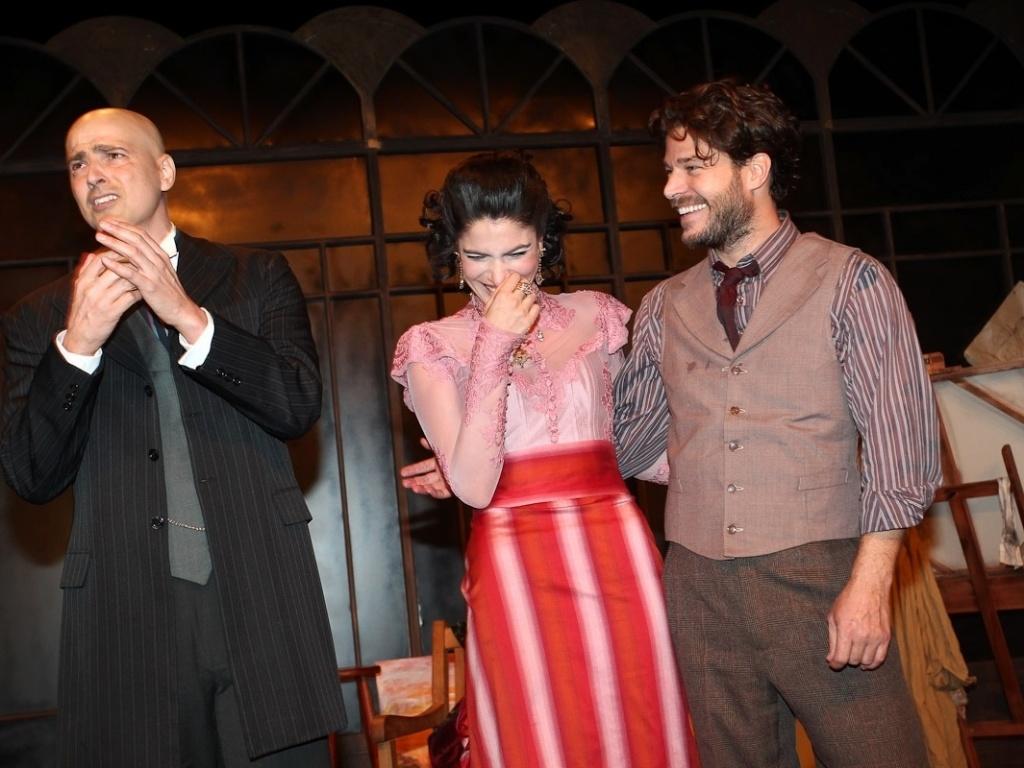 Depois de se emocionarem muito na volta de Gianecchini aos palcos, atores riem no palco de