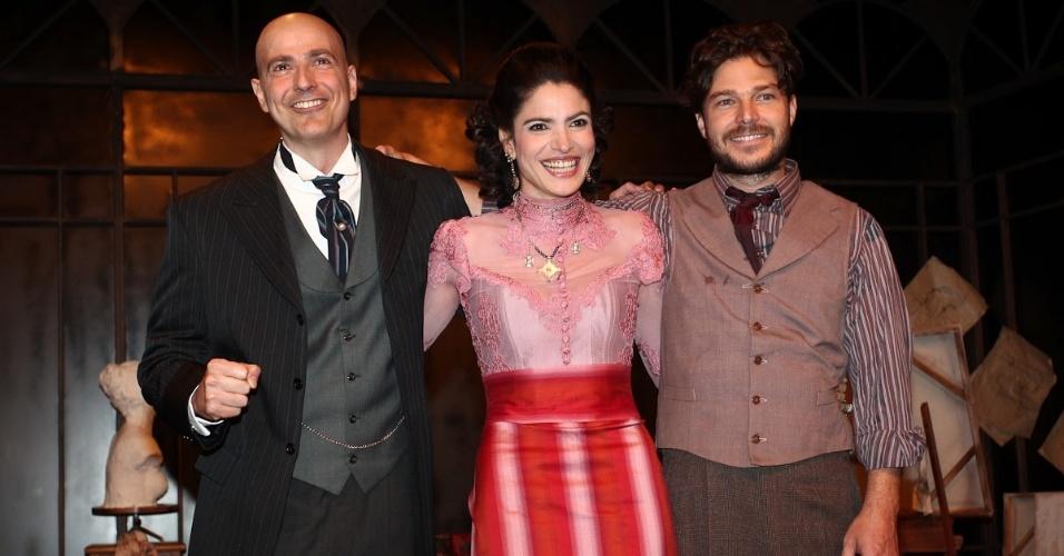 Depois de se emocionarem na volta de Gianecchini aos palcos, atores riem no palco de