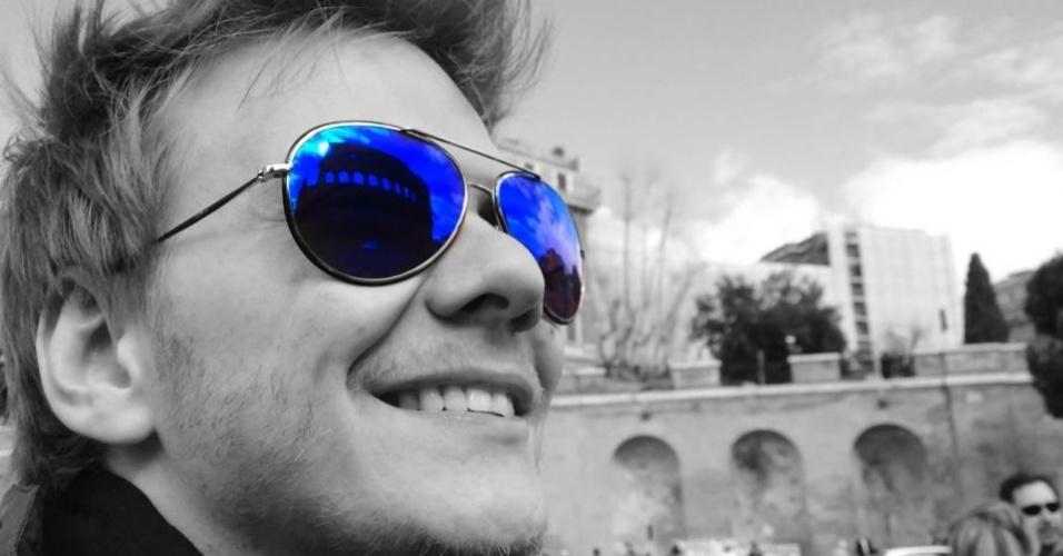 """Em turnê na Europa, Michel Teló visita o Coliseu, em Roma. """"Dia incrível aqui em Roma! Coliseu, no reflexo. Último dia de tour na Europa. Estou na Rádio Rai2 aqui em Roma. Daqui a pouco embarco pra Milão. Bom dia."""", escreveu o cantor em sua página no Facebook (12/3/12)"""