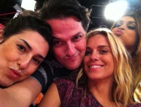 Fernanda Paes Leme, Marcelo Serrado, Carolina Dieckmann e Preta Gil posam para foto durante grava&#231;&#227;o do programa &#34;Esquenta&#34;, de Regina Cas&#233;, na Globo. &#34;Te amo, amigo!!RT @marceloserrado1: @PretaGil @cadieckmann @FePaesLeme @reginacase Esquenta ....volta logo!!!!&#34;, escreveu a cantora em seu Twitter (13/3/12)