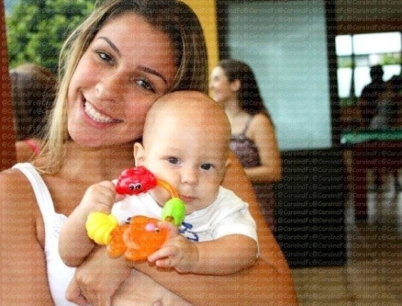 M&#227;e do filho do jogador Neymar divulga foto de Davi Lucca com a tia no Facebook, junto da mensagem &#34;Meu amor com a titia!!!&#34; (14/3/12)