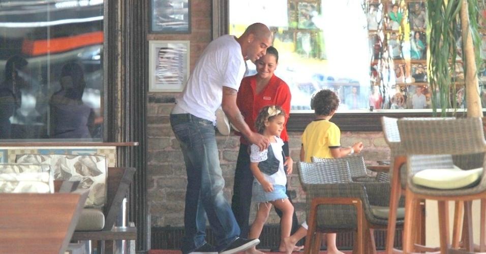Adriano vai à churrascaria com a filha na Barra da Tijuca, zona oeste do Rio (15/3/2012)