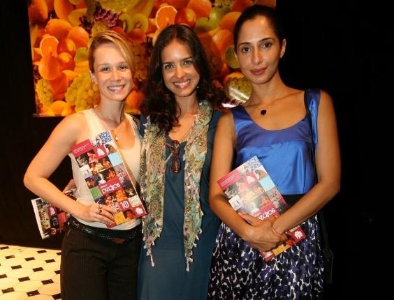 """As atrizes Mariana Ximenes, Joana Limaverde e Camila Pitanga na comemoração de 10 anos do """"Grupo Pedras"""", no Teatro Glaucio Gill, em Copacabana (14/3/12)"""