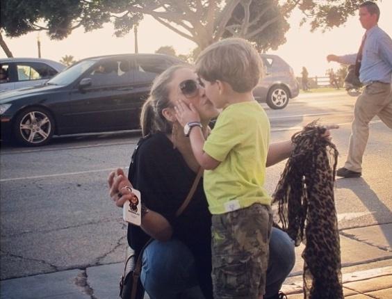 """Em momento """"família"""", Cláudia Leitte dá selinho no filho Davi, de dois anos (15/3/12)"""