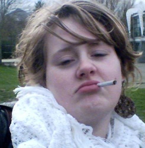 Adele aparece aos 16 anos em imagens retiradas de vídeos feitos por colega de escola da cantora
