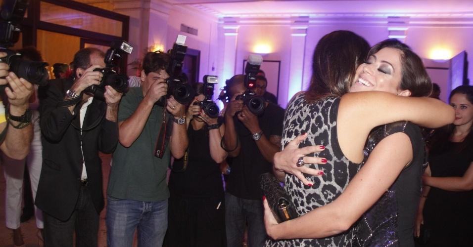 Carol Castro dá os parabéns para Carol Sampaio em festa no Copacabana Palace, no Rio de Janeiro (15/3/12)