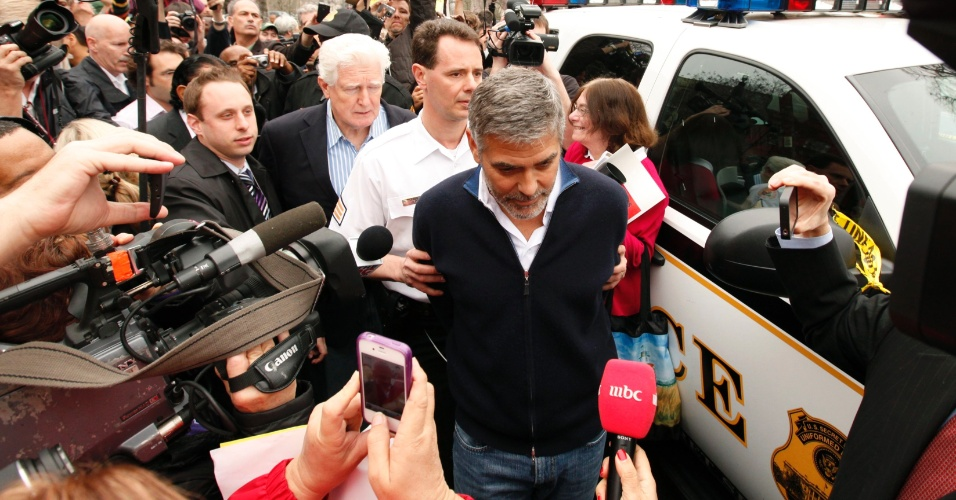George Clooney  detido ao participar de uma manifestao em frente  embaixada do Sudo em Washington, nos Estados Unidos (16/3/12)