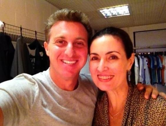 No Twitter, Luciano Huck posta foto ao lado de Fátima Bernardes (16/3/12)