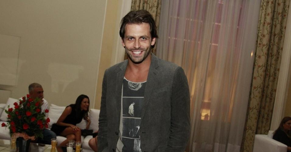 Sozinho, Henri Castelli chega ao aniversário de 30 anos da promoter Carol Sampaio, no Copacabana Palace (15/3/12)
