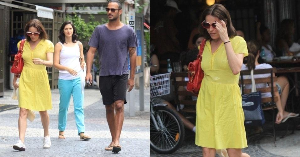 Com um vestido que deixou os mamilos aparentes, a atriz Carolina Ferraz passeia nas ruas do Leblon, no Rio de Janeiro (17/3/12)