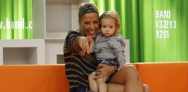 A apresentadora Adriane Galisteu recebeu uma visita do seu filho Vittorio no estúdio do programa