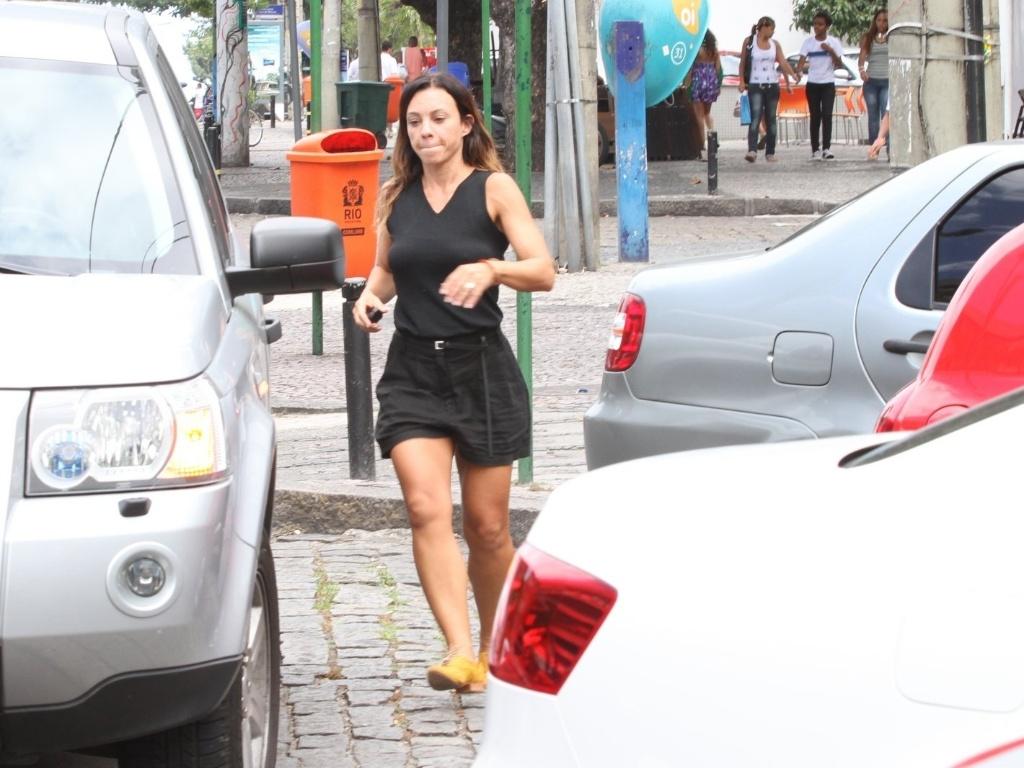 Atriz Carla Marins estaciona o carro em local proibido no Rio de Janeiro e corre para tirá-lo do local (19/3/12)