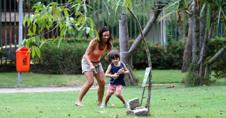 Carla Marins brinca com o filho, Leon, em uma pracinha no bairro da Barra da Tijuca, zona oeste do Rio (20/3/2012)