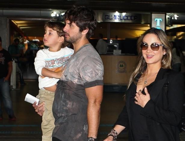 """Depois de passar as férias nos EUA, Claudia Leitte desembarcou no Aeroporto Internacional de Guarulhos, em São Paulo, ao lado do marido, Márcio Pedreira, e do filho, Davi. A cantora está grávida de três meses. Ao chegar no local, Claudia afirmou que estava exausta após 16h de vôo. """"Estou precisando tirar férias das minhas férias"""" (20/3/12)"""