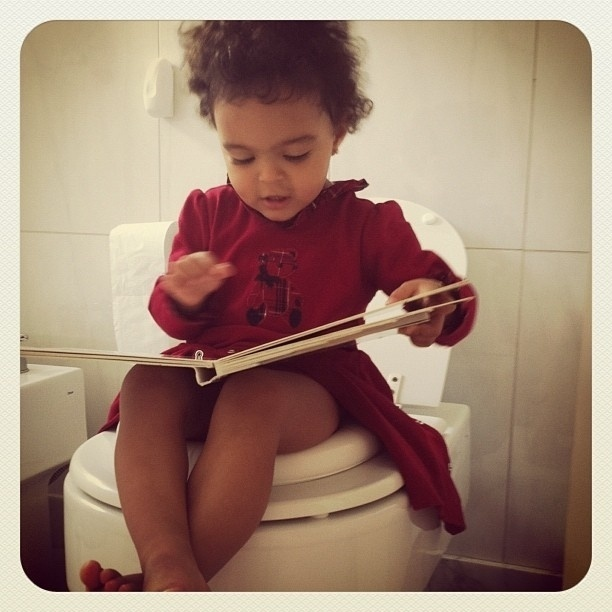 Luciele Di Camargo posta foto da filha no banheiro (20/3/12)