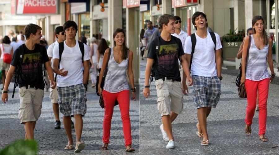 Rodrigo Simas passeia acompanhado de amigos pelo bairro do Leblon, zona sul do Rio (20/3/2012)
