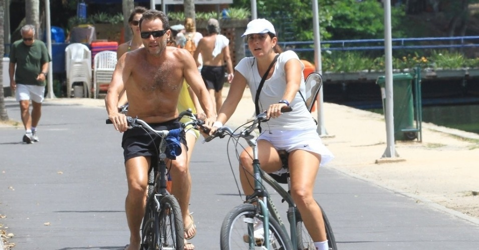 Tony Bellotto e a mulher, Malu Mader, passeiam de bicicleta na Lagoa Rodrigo de Freitas, no Rio de Janeiro (20/3/12)