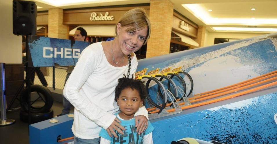 """Astrid Fontenelle leva o filho Gabriel a um evento infantil em shopping em São Paulo (21/3/12). A apresentadora do """"Chegadas e Partidas"""" recentemente revelou que está em tratamento contra o lúpus, mas mesmo assim continua gravando o programa, que é exibido pelo GNT"""