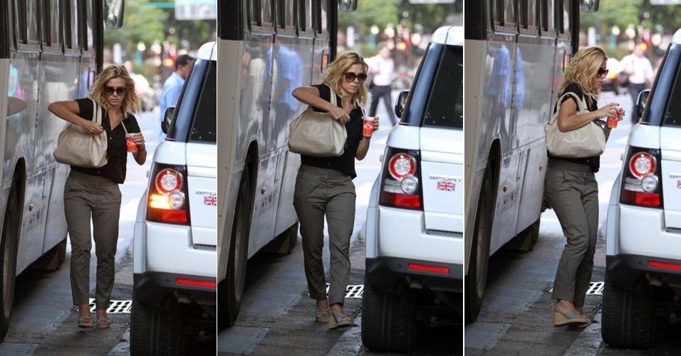 Carolina Dieckmann fica quase espremida entre carro e ônibus ao tomar suco no Leblon, no Rio (21/3/12)