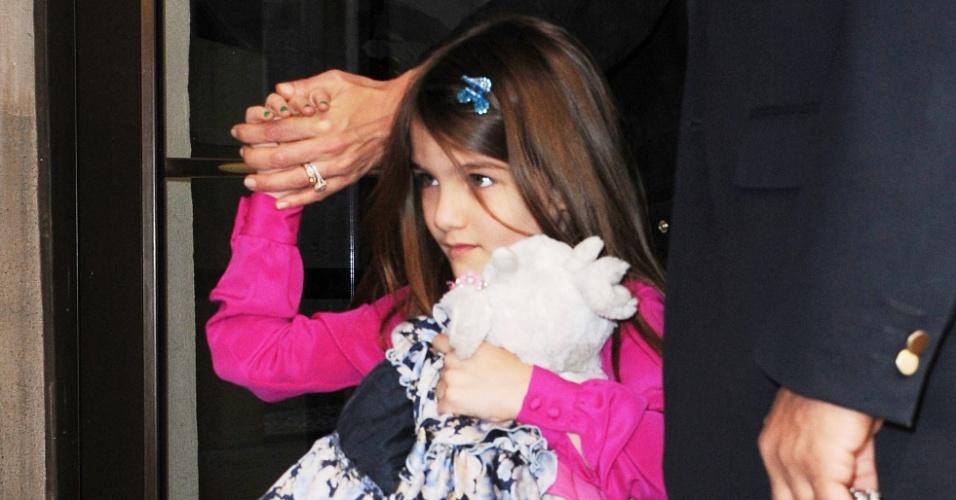 Elegante e com as unhas pintadas de azul, Suri Cruise, filha de Tom Cruise e Katie Holmes, foi vista passeando pelas ruas de Nova York. A garota de 6 anos estava acompanhada pela mãe (20/3/12)