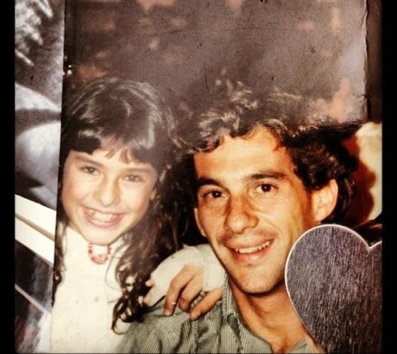 """No dia em que Ayrton Senna completaria 52 anos, Fernanda Paes Leme publica foto ao lado do piloto de fórmula 1, que ela tirou na infância. """"Foto com o ídolo"""", escreveu a atriz (21/3/12)"""