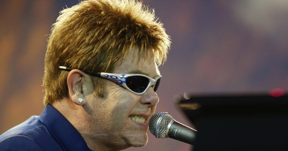 : o cantor e compositor inglês Elton John durante show realizado em Valetta (Malta). Rock star Elton John sings his hit number,