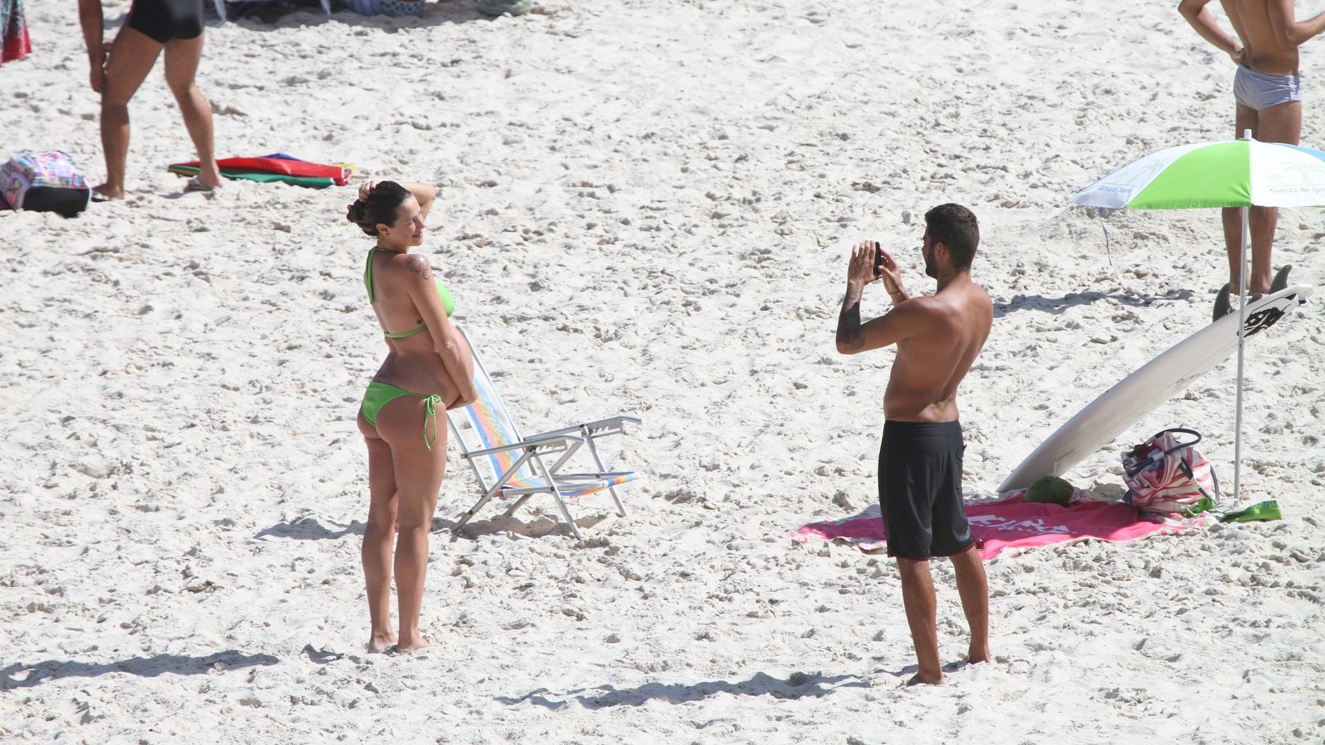 Grávida de nove meses de seu primeiro filho, Dom, Luana Piovani e o marido, o surfista Pedro Scooby, aproveitaram o dia de sol na Prainha, na Barra da Tijuca. A atriz posou para o marido.