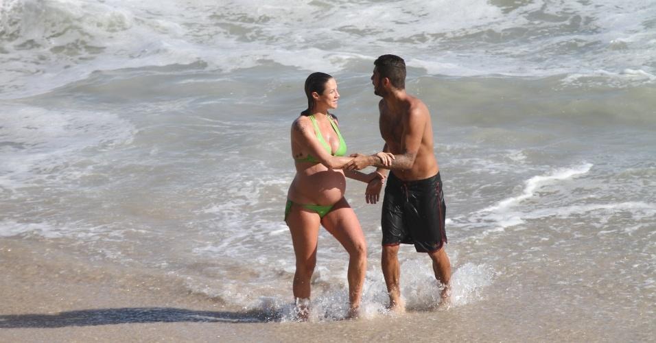Grávida de nove meses de seu primeiro filho, Dom, Luana Piovani e o marido, o surfista Pedro Scooby, aproveitaram o dia de sol na Prainha, na Barra da Tijuca. A atriz precisou de ajuda para dar um mergulho.
