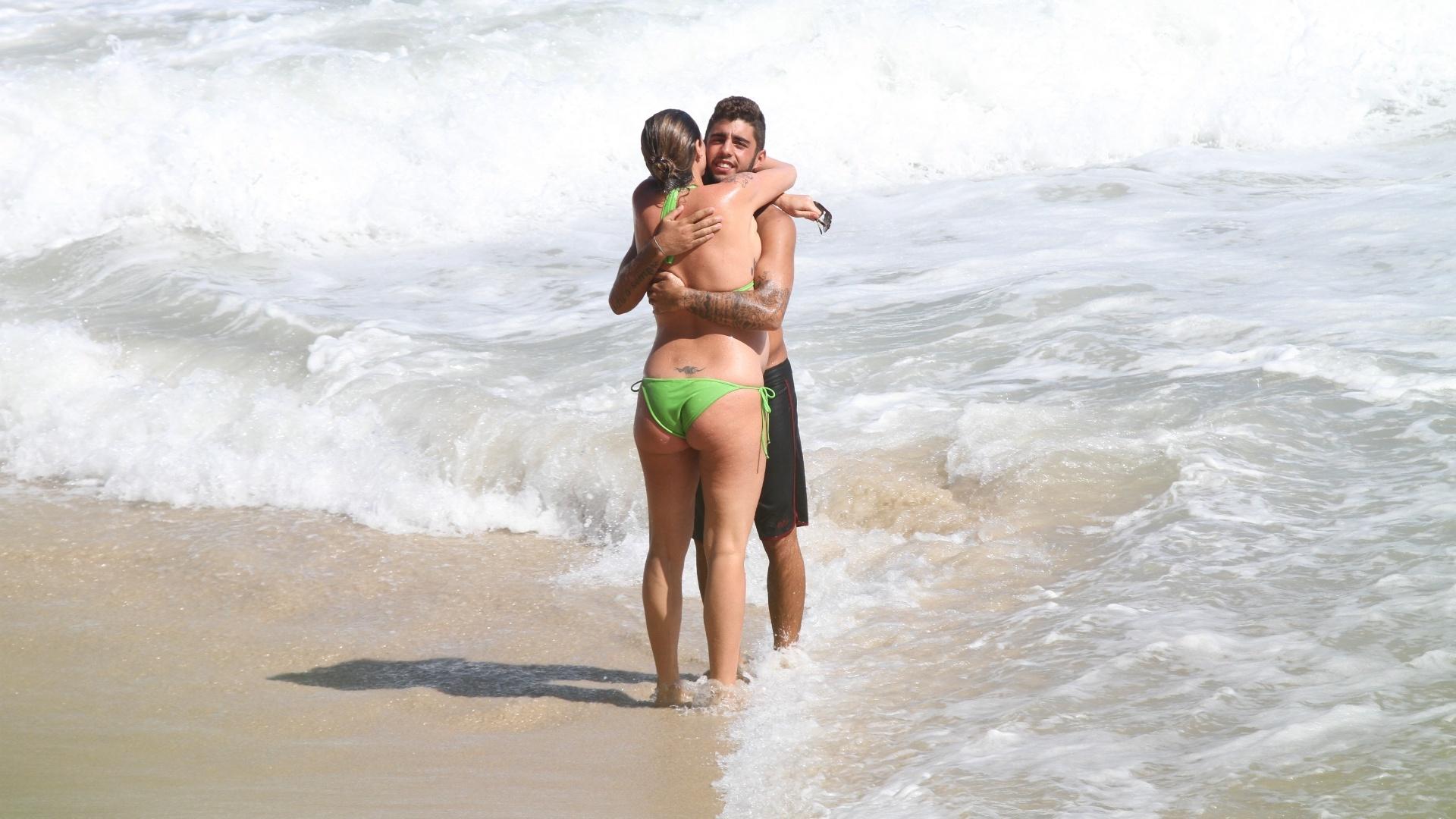 Grávida de nove meses de seu primeiro filho, Dom, Luana Piovani e o marido, o surfista Pedro Scooby, aproveitaram o dia de sol na Prainha, na Barra da Tijuca. A atriz trocou carinhos com Pedro.
