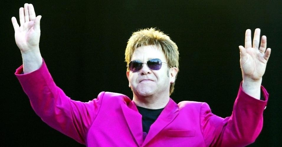 Música: o cantor e compositor inglês Elton John durante apresentação em festival de jazz de Montauban, na França. English pop singer and composer Elton John performs in concert in the 23d Jazz Festival of Montauban 23 July 2003. The festival runs through 05 September.