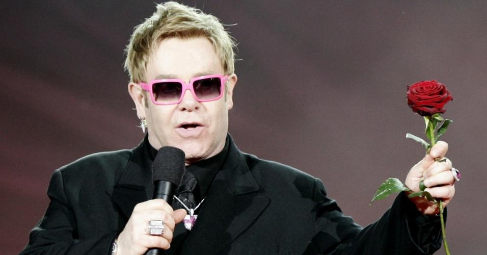 O cantor Elton John segura rosa durante apresentação em Viena, na Áustria. Sir Elton